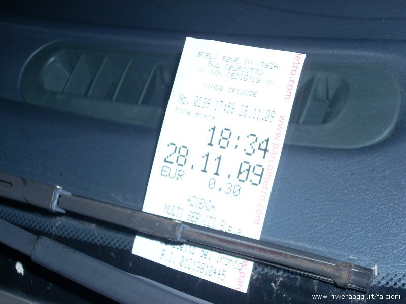 Ticket depositato sul cruscotto di un'automobile parcheggiata sul lungomare