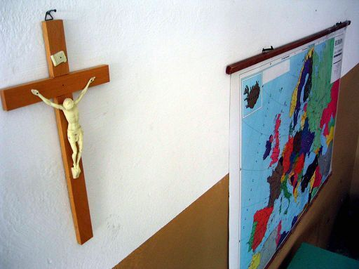 Un crocifisso appeso in una aula di una scuola