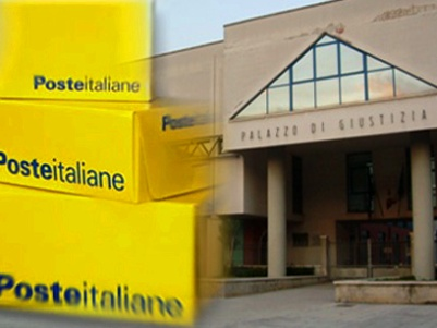 Pacco poste italiane sullo sfondo il Palazzo di Giustizia di San Benedetto del Tronto