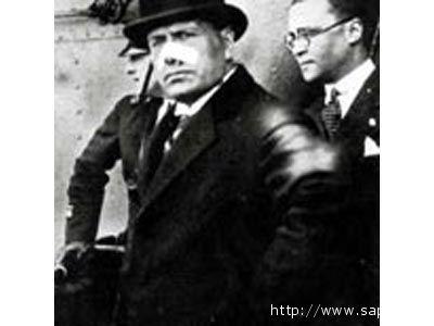 Benito Mussolini con un cerotto al naso a seguito del fallito attentato di Violet Gibson, nel 1926