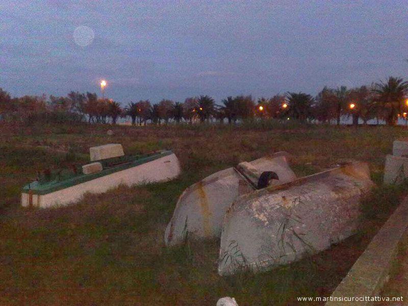 Barche abbandonate in un campo nei pressi del lungomare