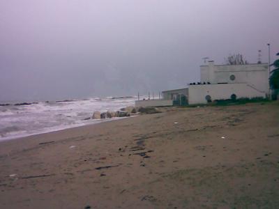 Le mareggiate dei giorni scorsi si abbattono sugli chalet di Martinsicuro