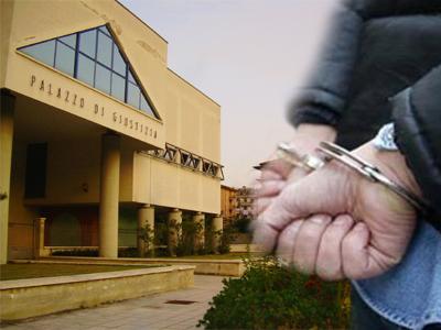 Arresto sullo sfondo del Palazzo di Giustizia di San Benedetto del Tronto
