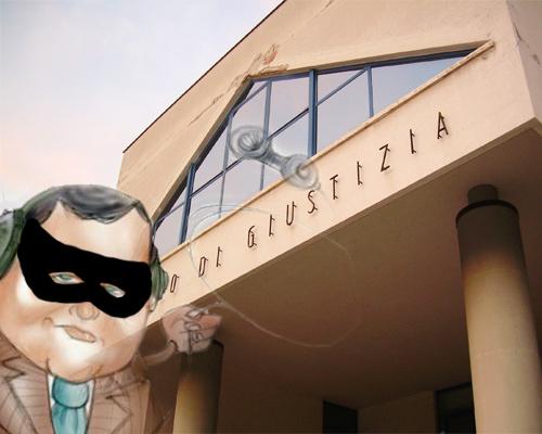 uomo che ascolta delle conversazioni sullo sfondo del Palazzo di Giustizia di San Benedetto del Tronto