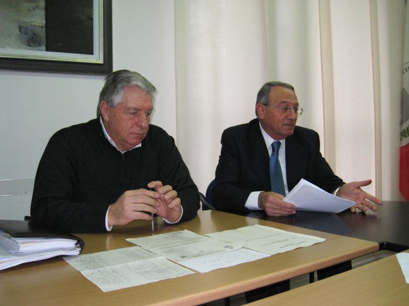 Il sindaco Di Salvatore (a destra) e il vicesindaco Micozzi nel corso della conferenza stampa di mercoledì 30 dicembre