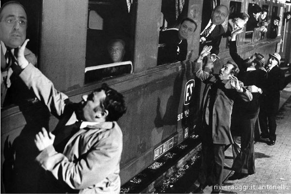 Nel fotomontaggio di Salvatore Antonelli, i politici del Piceno diventano pendolari virtualmente schiaffeggiati da Trenitalia (dal film Amici Miei): da sinistra l'on. Agostini (Pd), il presidente della Provincia Celani (Pdl), il suo vice Piunti (Pdl), il sindaco di San Benedetto Gaspari (Pd). Ce la faranno a modificare le decisioni prese in merito alla soppressione di Eurostar e Intercity?