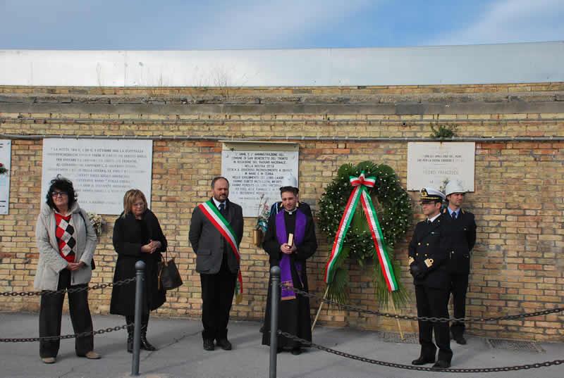Una commemorazione delle vittime del mare nel porto di San Benedetto (foto d'archivio)