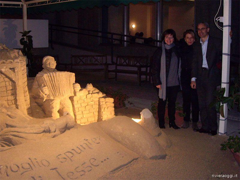 L'artista Sandra Toscana, l'assessore Loredana Emili e il direttore della RSA Antonio Frassanito