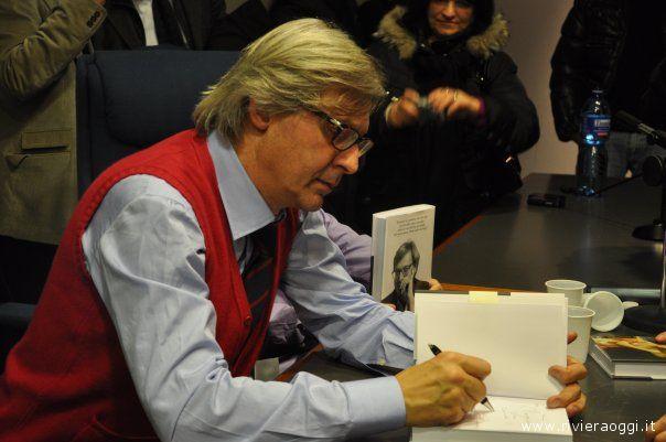 Sgarbi firma ai presenti il suo libro,