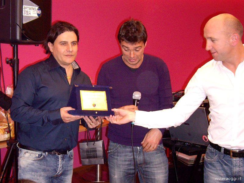 La consegna della targa al presidente Sergio Spina
