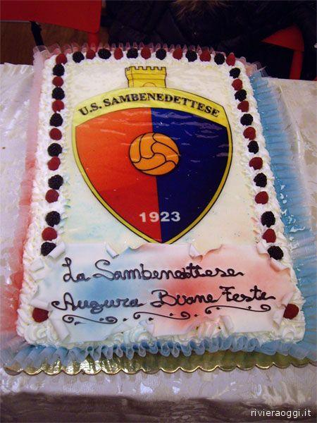 La torta con lo stemma della società rossoblu e gli auguri a tutti i tifosi
