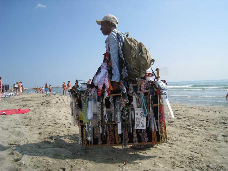 Un venditore ambulante sulla spiaggia