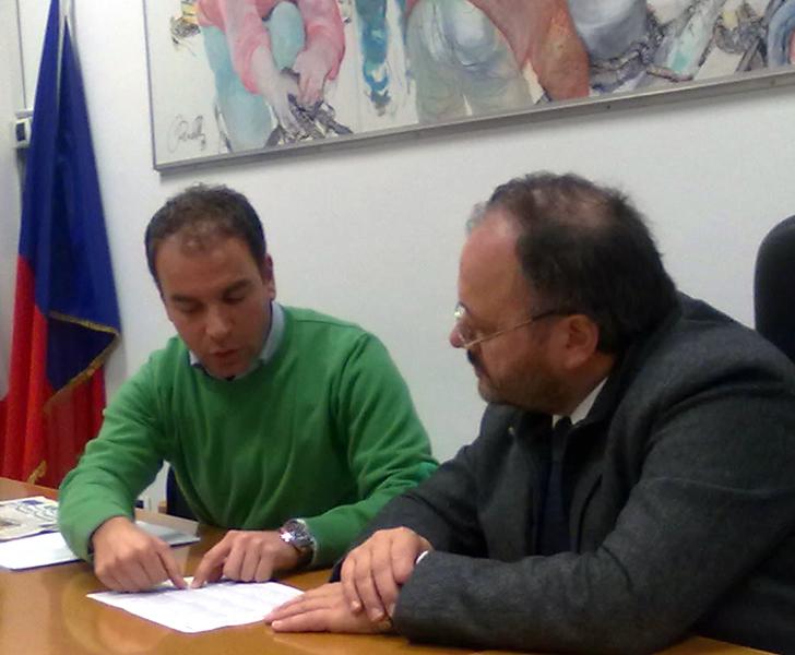 Alessandro Zocchi mostra i dati sulle presenze turistiche del 2009 al sindaco Giovanni Gaspari