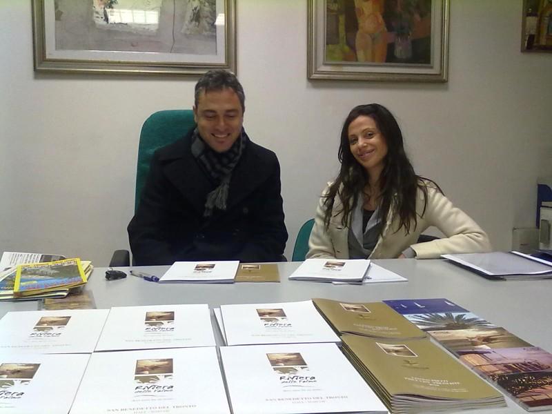 Gabriele Di Emidio e Simona Cava dell'Assoalbergatori con il nuovo catalogo turistico
