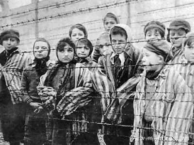 Bambini in un campo di concentramento