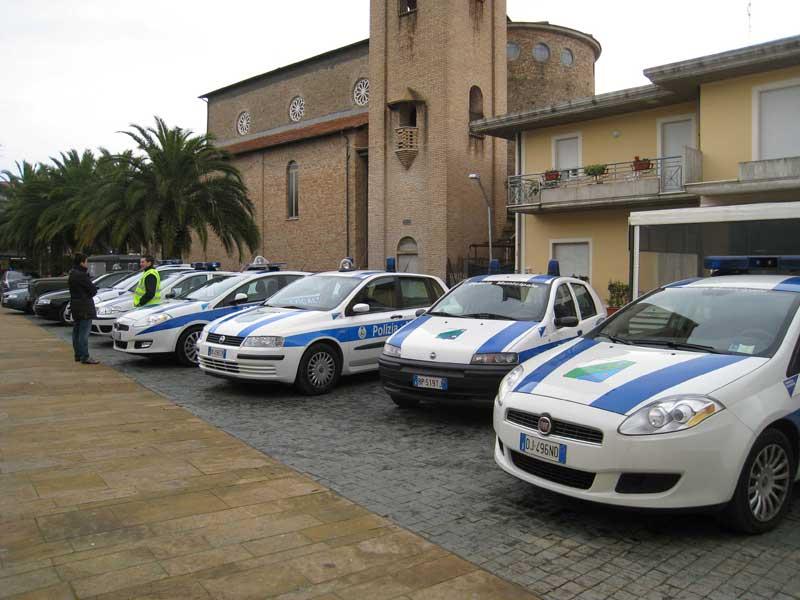 Auto della Polizia Municipale  in piazza Cavour, in attesa della benedizione