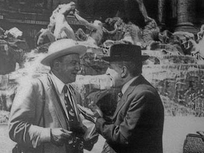 Una scena di Tototruffa '62, in cui un turista acquista la Fontana di Trevi