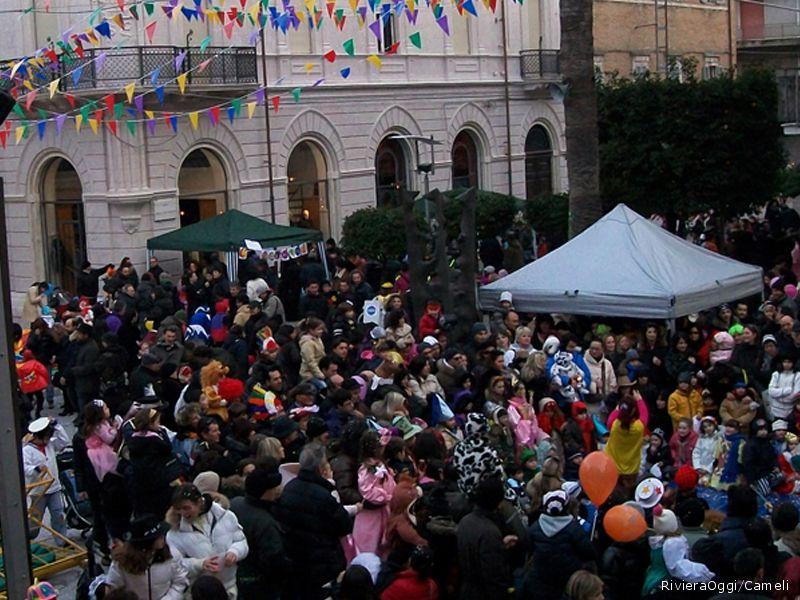 Piazza piena domenica per il carnevale