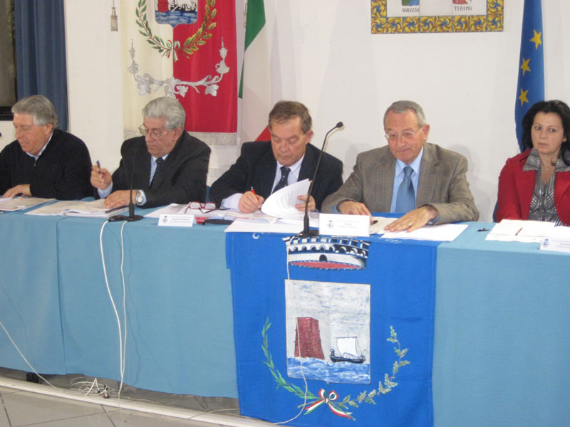 il sindaco Abramo Di Salvatore (a destra) e il segretario comunale Francesco Luca Russo
