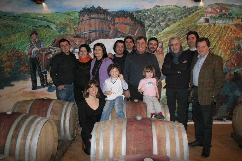 La famiglia che produce il vino di Monteprandone insieme al sindaco Stefano Stracci