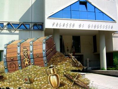forziere d'oro sullo sfondo del Palazzo di Giustizia di San Benedetto del Tronto