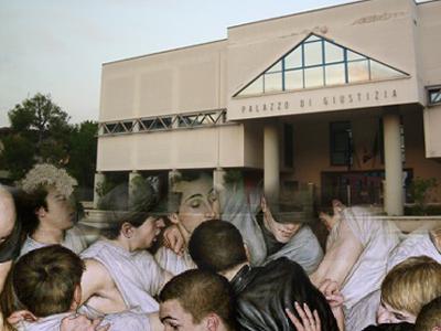rissa tra giovani sullo sfondo del Palazzo di Giustizia di San Benedetto del Tronto