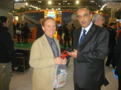 Osvaldo Bevilacqua riceve dall'assessore al Turismo Vannucci le pubblicazioni turistiche della Provincia