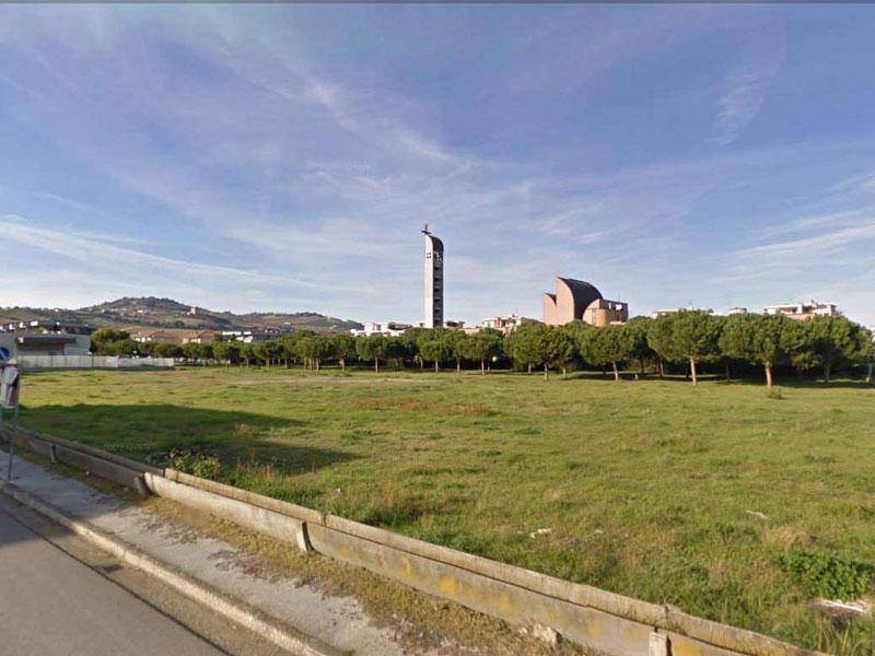 Il terreno in via Segantini a Villa Rosa (foto Google Street View)