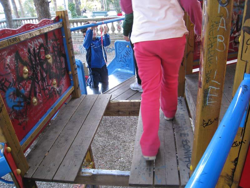 Un gioco per bambini leggermente pericoloso nel centro di San Benedetto