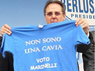 Erminio Marinelli con una t-shirt che contesta il