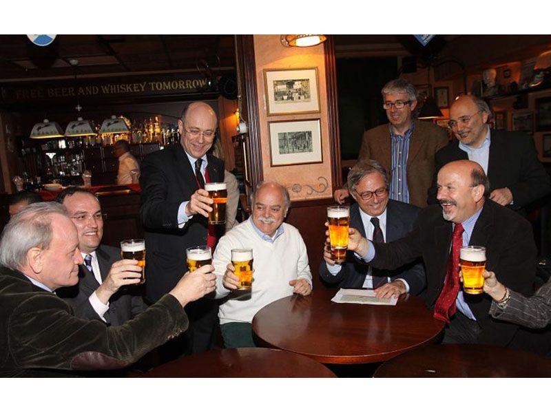 Gian Mario Spacca festeggia con una birra la vittoria elettorale in un pub di Ancona. Alla sua destra il coordinatore regionale del Pd Palmiro Ucchielli