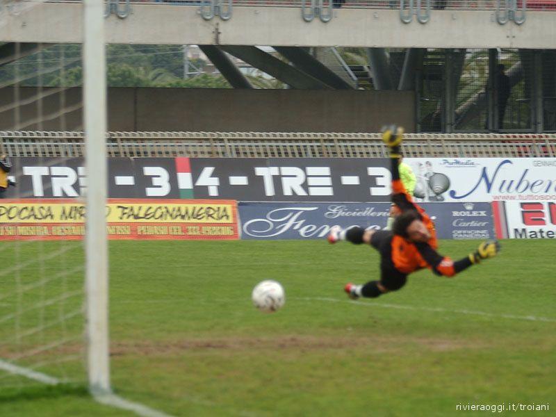 Cacciatore supera il portiere della Vis Macerata per il 3-1