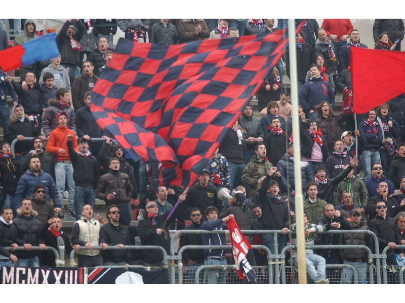 Festa per i tifosi rossoblu dopo il 4-1 alla Vis Macerata