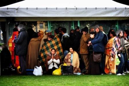 6 aprile 2009, L'Aquila, piazza d'Armi: in una delle foto premiate di Alberto Cicchini, lo sgomento di quei tragici momenti sui volti dei superstiti