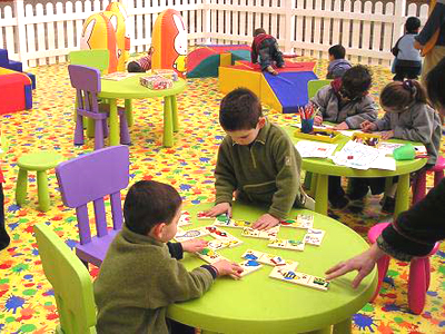 Bambini che giocano in una ludoteca