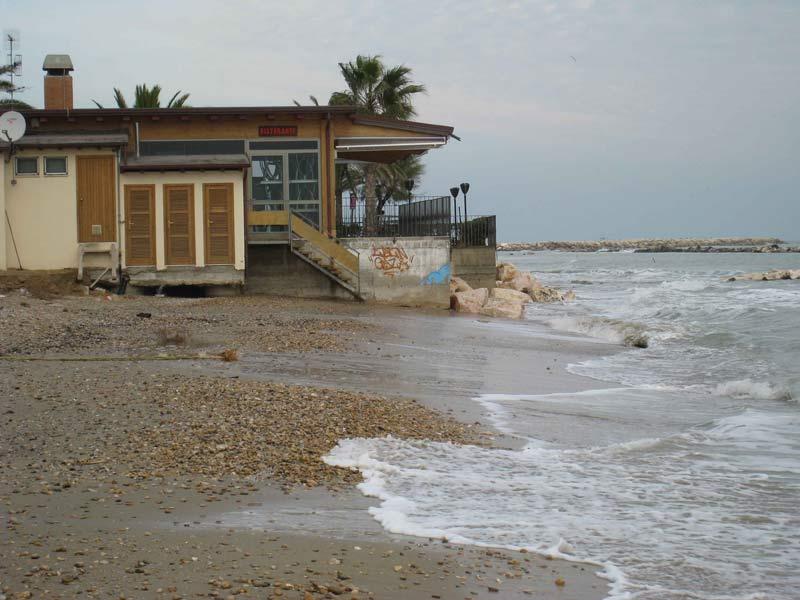 Spiaggia erosa a Martinsicuro. Il mare arriva in alcuni tratti a lambire gli stabilimenti balneari