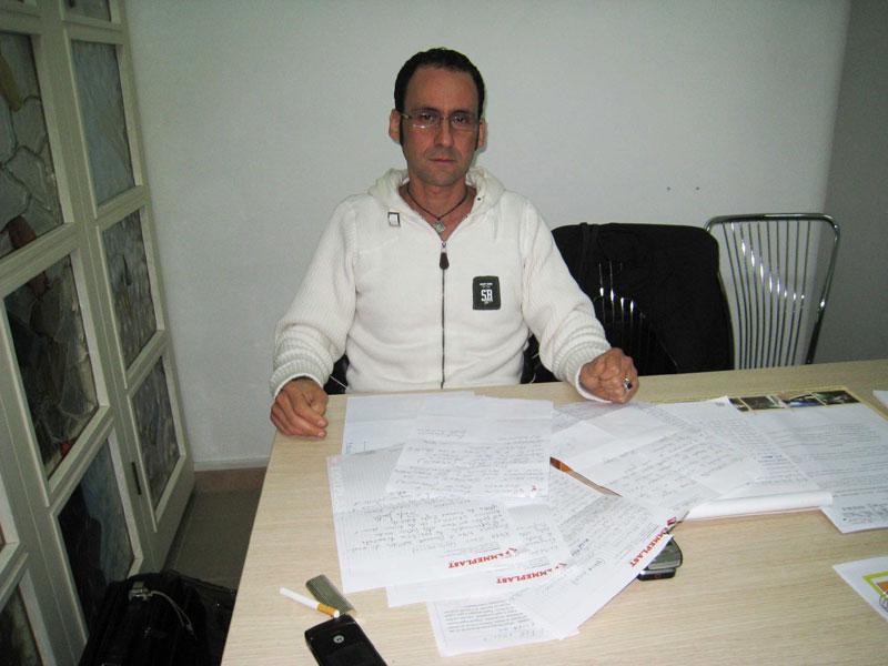Massimo Clementoni con le lettere degli utenti dell'Adi