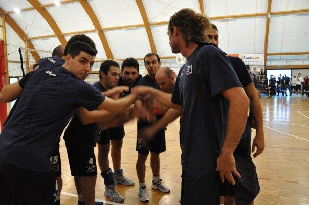 Il gruppo della Samb Volley si carica prima della partita