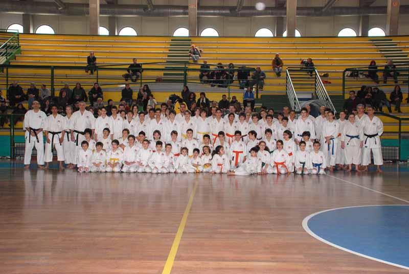 Bambini e ragazzi per lo stage di karate con Castellani