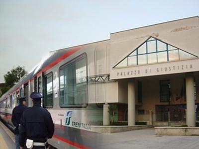 controllo della polizia ferroviaria sullo sfondo del Palazzo di Giustizia di San Benedetto del Tronto