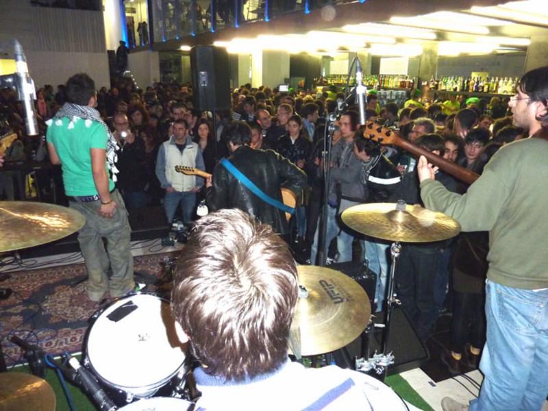 Folla durante l'esibizione dei Cellar Door di Monteprandone