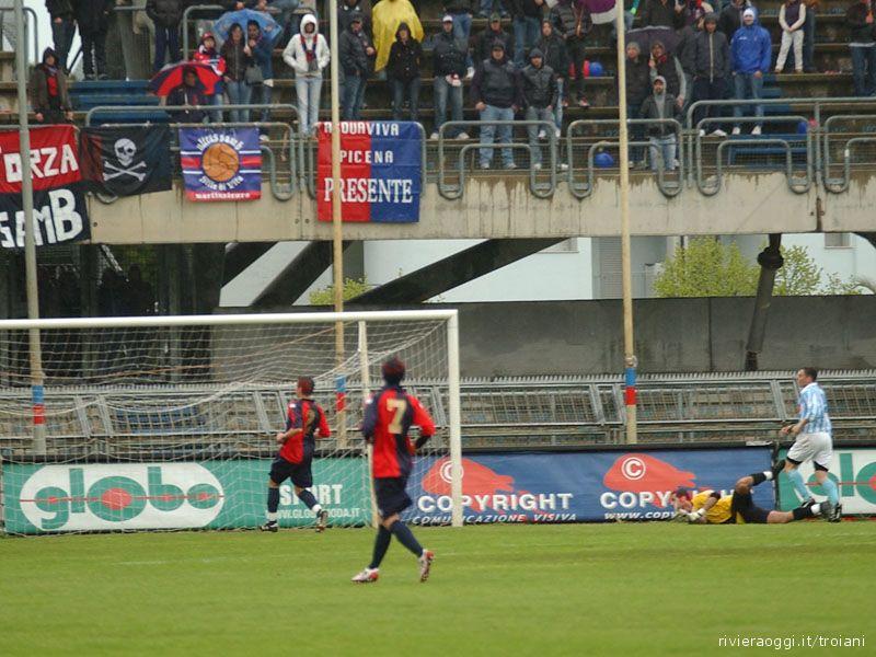 De Angelis supera D'Ambrogio e segna il gol del vantaggio del Grottammare sulla Samb