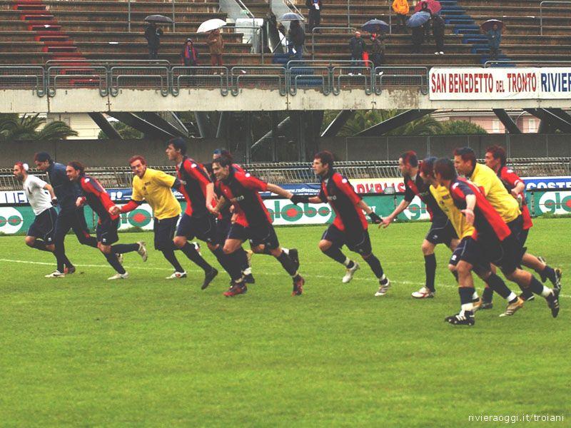 Nonostante la sconfitta con il Grottammare i giocatori rossoblu festeggiano meritatamente la vittoria del campionato