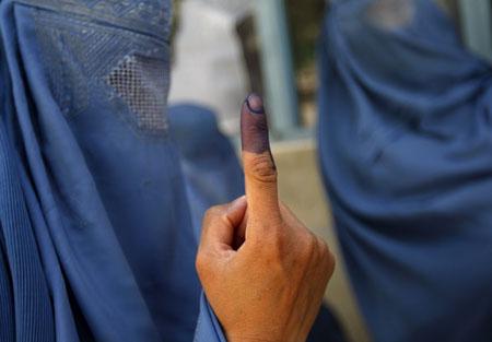 Il dito impresso nell'inchiostro, simbolo del voto afgano nel 2009