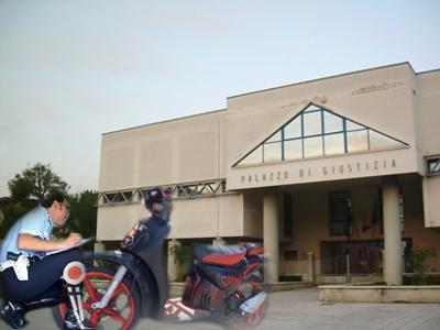 Polizia controlla ciclomotore rubato sullo sfondo del Palazzo di Giustizia di San Benedetto