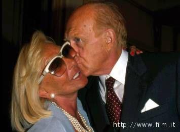 Lo ricorderemo così: un bacio di Raimondo Vianello alla moglie Sandra Mondaini