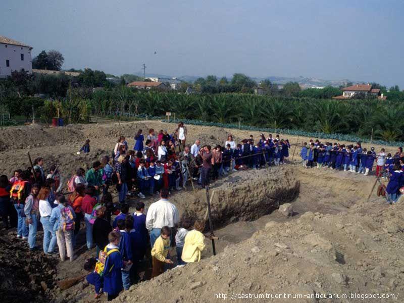 Il sito di Castrum Truentinum, in una delle visite guidate delle scolaresche, in occasione degli scavi effettuati tra il 1991 e il 1995