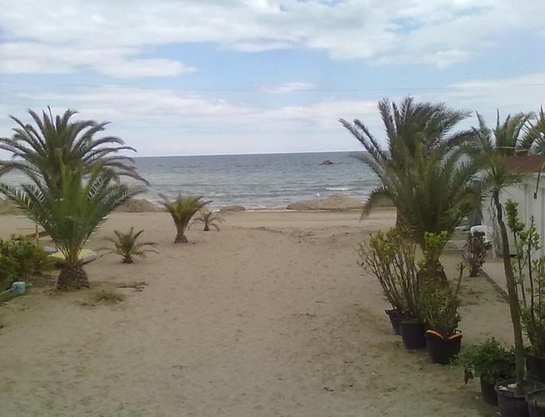 L'operazione conseguente al prelievo di sabbia dalle spiagge libere: sulle concessioni del litorale nord si viene accumulando la sabbia per il ripascimento