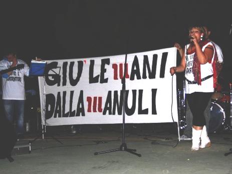 Una manifestazione dei lavoratori della Manuli (da Facebook)