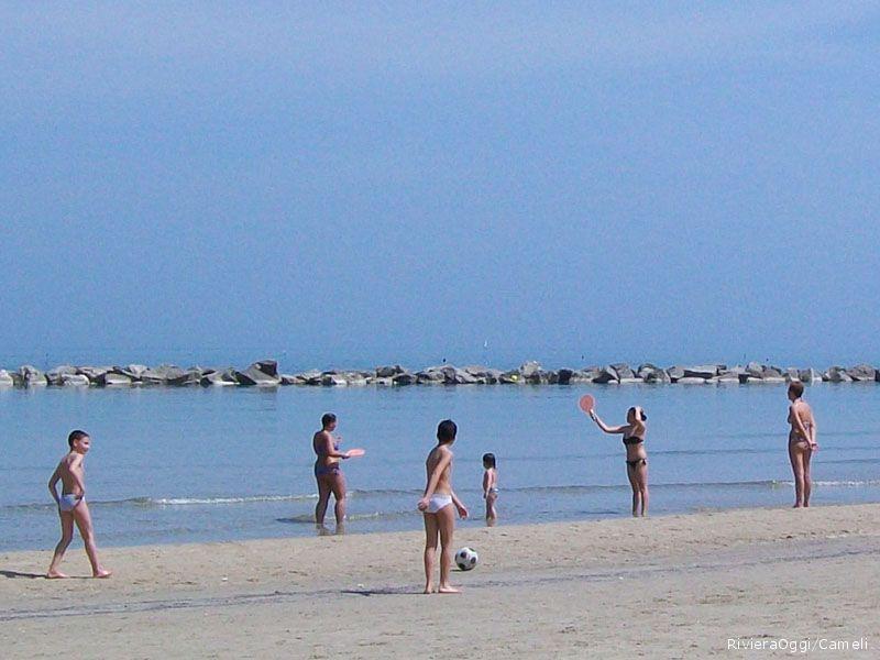 I primi raggi di sole portano molte persone in spiaggia